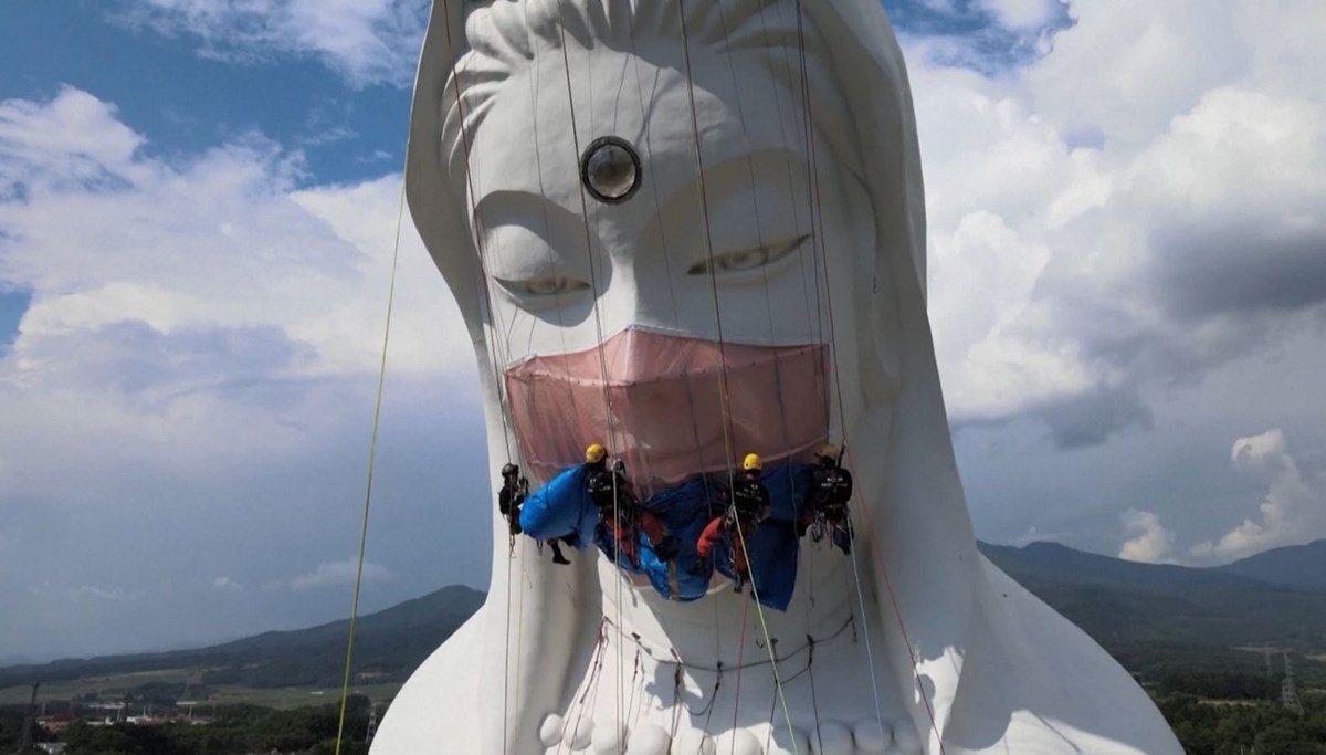 Tanrıça Heykeli'ne 35 kg ağırlığında maske takıldı