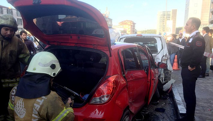 Ümraniye'de otomobil park halindeki araçlara çarptı: 3 yaralı