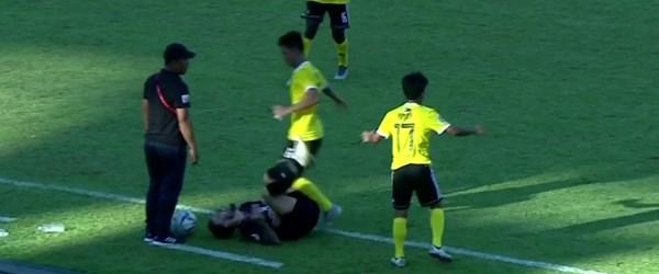 Vahşi futbolcu rakibini tekmeledi