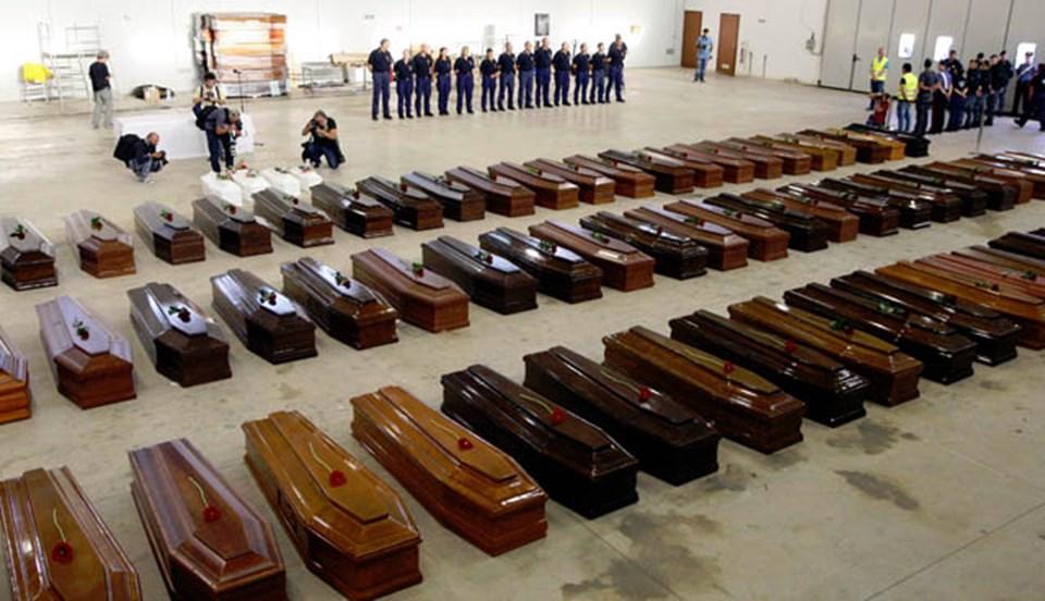 Ölenlerin naaşı Lampedusa Havaalanı'ndaki bir hangarda toplandı (Reuters).
