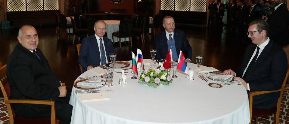 Cumhurbaşkanı Erdoğan, Rusya lideri Putin , Sırbistan Cumhurbaşkanı Vucic (sağda) ve Bulgaristan Başbakanı Borisov (solda), Rus doğalgazını Türkiye'ye ve Türkiye üzerinden Avrupa'ya nakledecek TürkAkım doğalgaz boru hattının açılış töreninin ardından yemekte bir araya geldi.