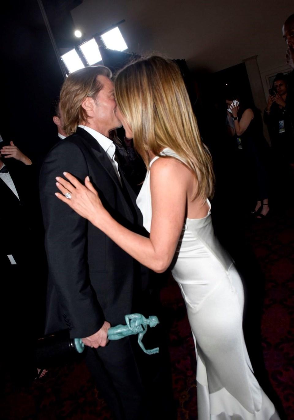 Pitt ile Aniston kameraların önünde birbirlerine dokunarak ve sarılarak sohbet etti