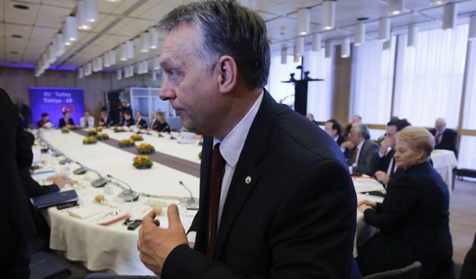 Başta Almanya Başbakanı Angela Merkel olmak üzere AB'nin sığınmacı politikalarını eleştiren Macaristan Başbakanı Viktor Orban da, Türkiye zirvesinde masadaki yerini aldı.