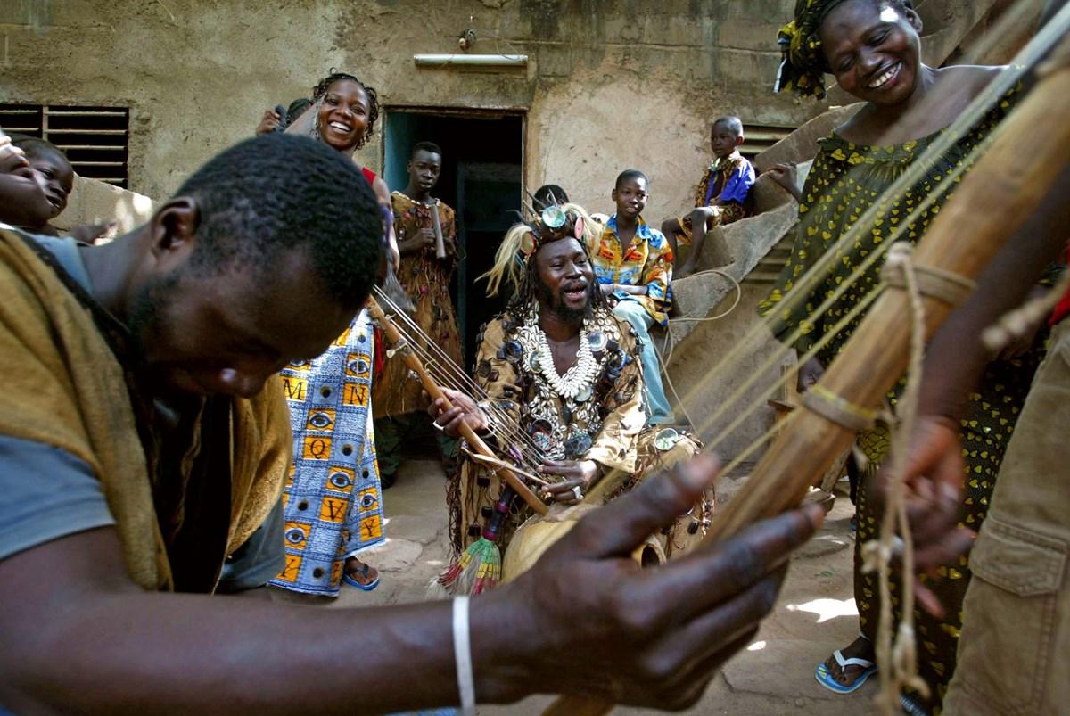 Mali'de yüzyıllardır değişmeyen geleneksel enstrümanlar ve şarkı söyleme biçimi, günümüzün popüler müziğini de etkiliyor.