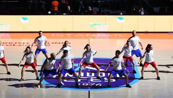 """Basketbol maçında """"Lösemi ile mücadele dansı"""" (""""Lösemi ise bir çaresi var"""" dediler)"""