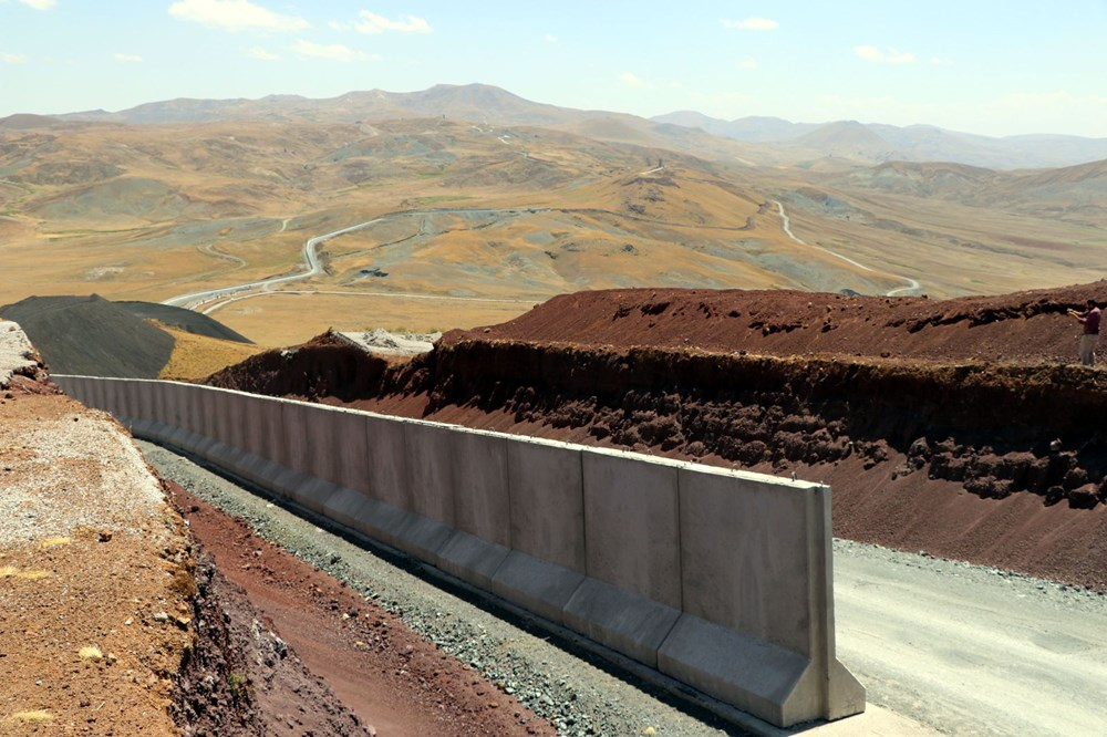 İran sınırında kaçak geçişleri engellemek için beton duvar örülüyor - 7