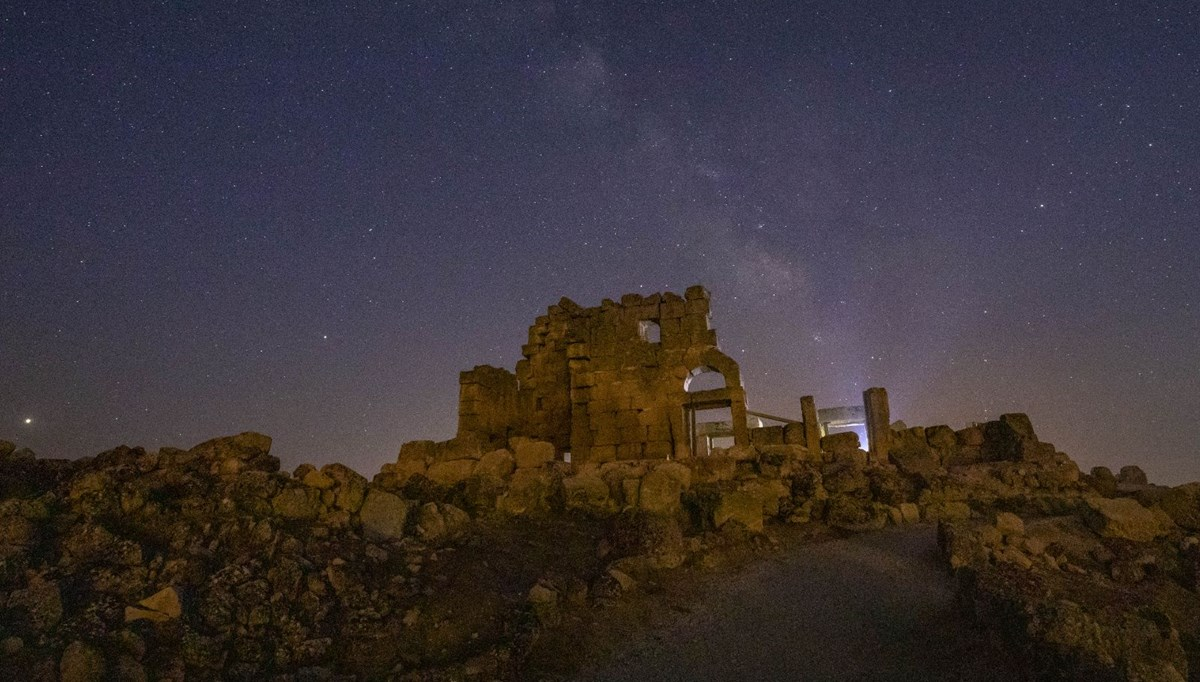 Tarihi Zerzevan Kalesi'nde Perseid meteor yağmuru ve Samanyolu Galaksisi