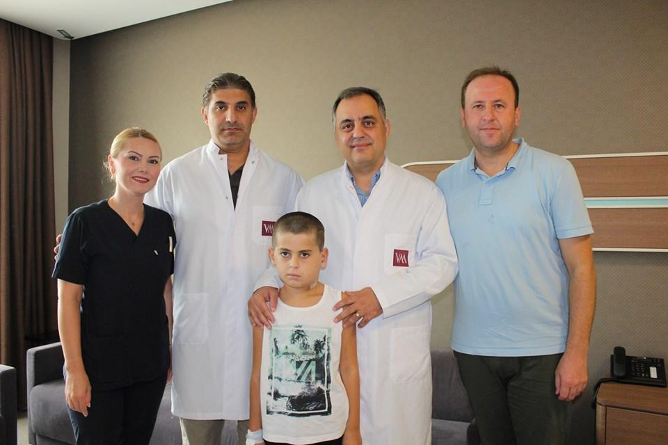 Ameliyat sonrası sağlığına kavuşan Tahir Emuş ve babası Fatmir Emuş'u, Prof. Dr. Mete İşeri, Doç. Dr. Doğan Koca ve Sorumlu Hemşire Gülsüm Şahin uğurladı.