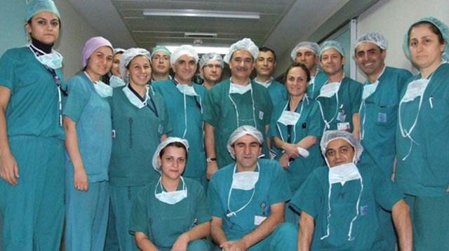 Doç. Dr. Serap Aykut Aka ameliyat ekibiyle.