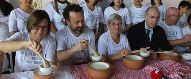 Prof.Dr. Canan Karatay Gömeç'te yoğurt mayaladı.jpg