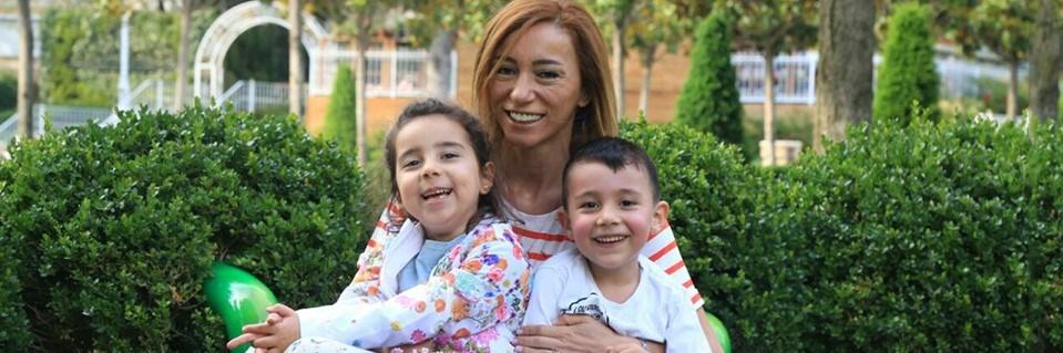 Saadet Demir Algan çocuklarıyla birlikte.