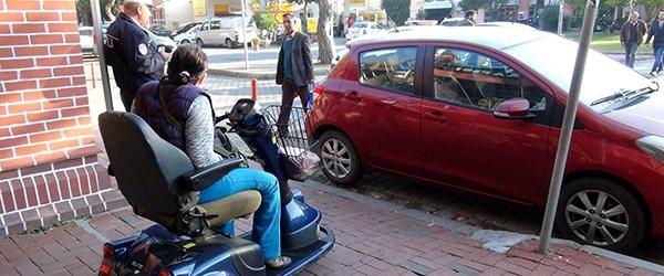 Engelli rampasına park eden araca ceza.jpg