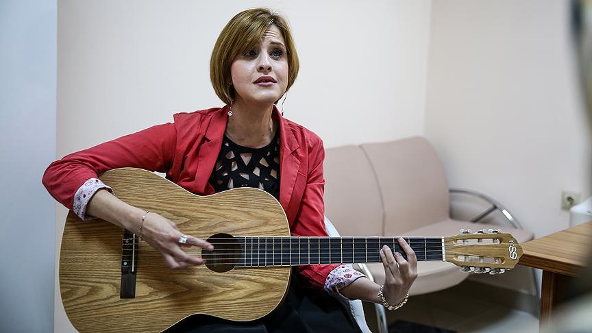 Görme engelli psikologdan müzikli terapi
