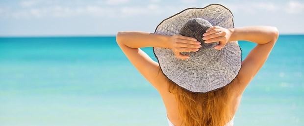 Güneşten korunan kadın genç kalır.jpg