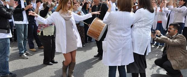 Hastane bahçesinde davul-zurnalı eylem