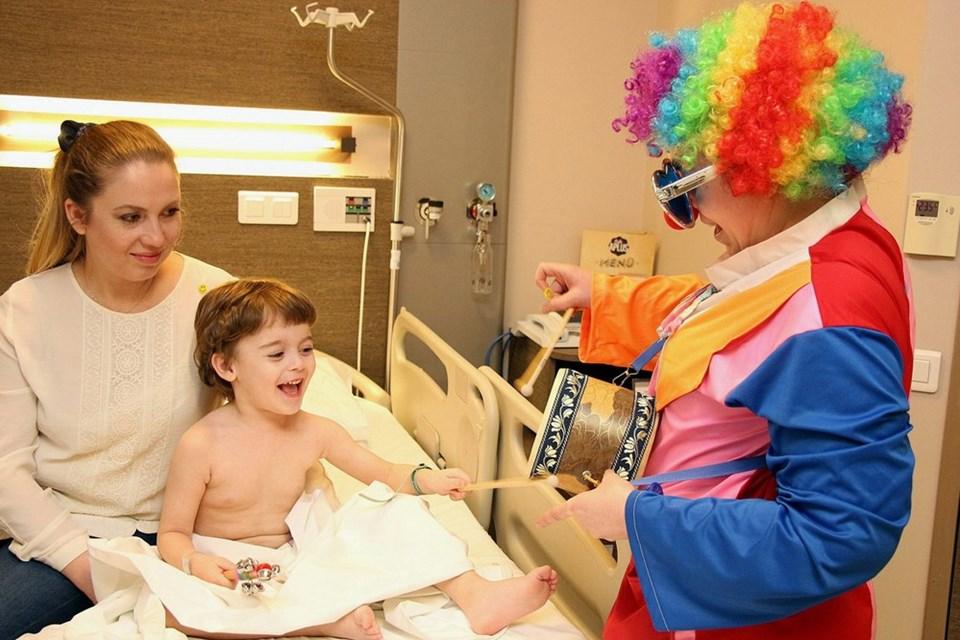 Kemal, ABD ve Avrupa'da örnekleri olan 'hastane palyaçoluğu' uygulaması ile ameliyata hemşire palyaço eşliğinde keyifle gitti.
