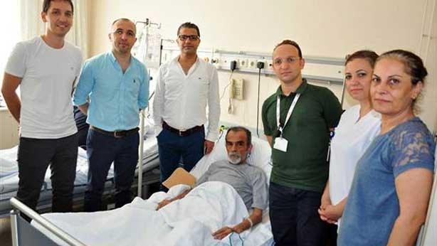 Hamit Zantur, ameliyatını yapan sağlık ekibiyle birlikte.