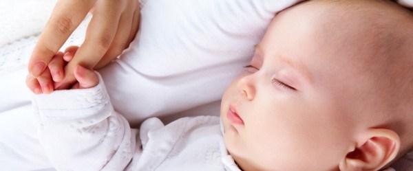 Anne babasının odasında uyuyan bebekler daha az uyuyor.jpg