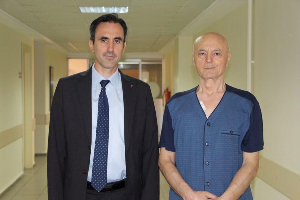 Doç. Dr. Mehmet Velidedeoğlu ve hastası Necmi Eren.
