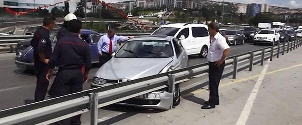 Direksiyonda sara krizi geçiren sürücü bariyere çarptı.jpg