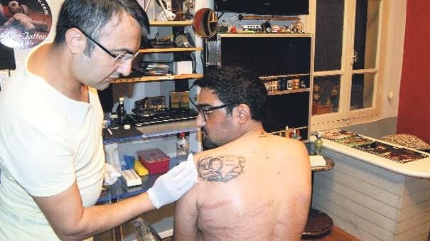 Tayfun Erdem, kalbini taşıdığı Craig Oliver Beston'ın adını, bir kalp içinde sol omzuna yazdırdı.