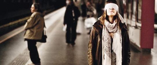 Tıp öğrencileri 'Karanlıkta Diyalog' sergisinde.Jpeg
