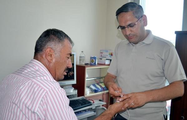 Dr. Gökhan Özdemir hastasıyla birlikte.