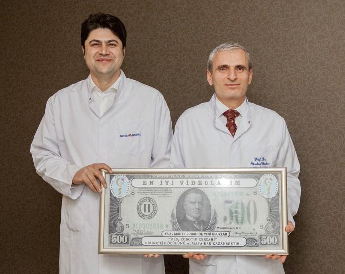 """""""Vajinal çıkarımlı tek port donör nefrektomi"""" sunumu, Prof. İbrahim Berber ve ekibine ödül getirdi."""