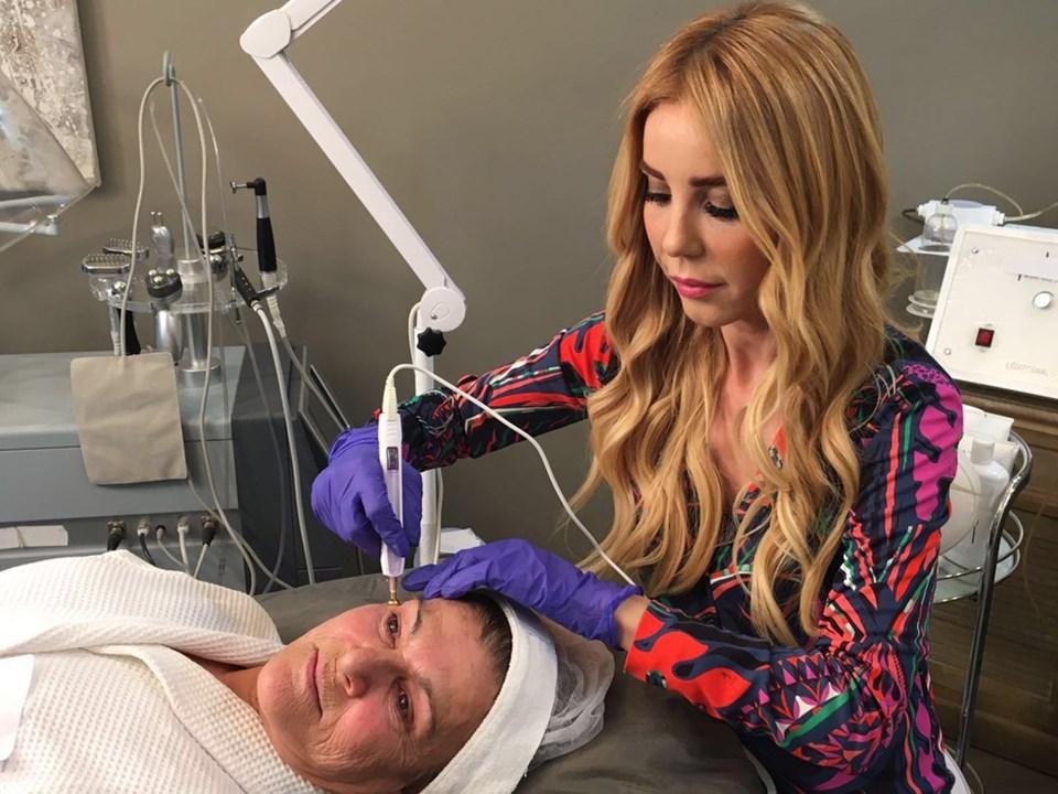 Güzellik Uzmanı Pervin Dinçer, komple yüz bakımının 20 veya 40 dakikada yapıldığını söylüyor.