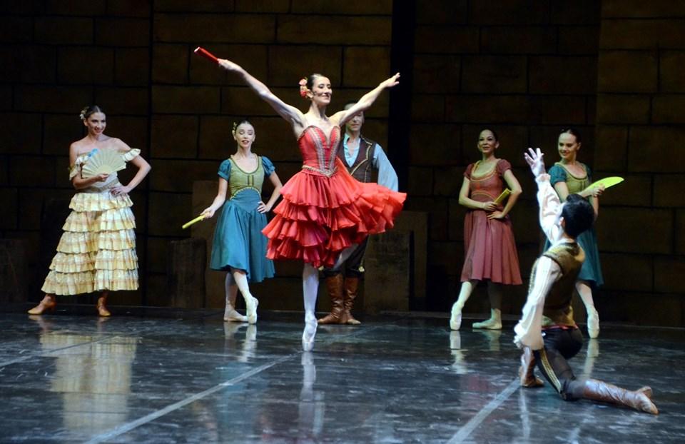 İki perdeden oluşan ve 100 dakika süren bale, izleyenleri Don Kişot'un hayal dünyasına götürdü.