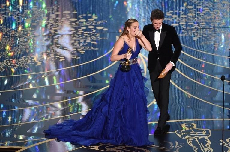 Brie Larson ödülünü aldıktan sonra sevincinigizleyemedi.