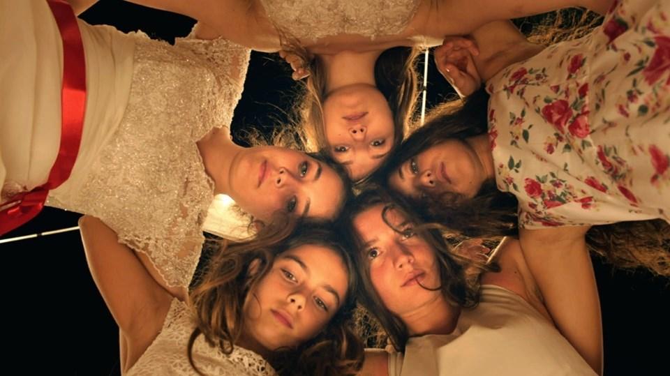 """Deniz Gamze Ergüven'in yönettiği Mustang filmi, """"En iyi yabancı film"""" kategorisinde yarıştı."""