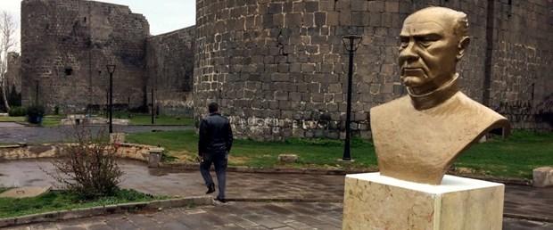 diyarbakirda-ahmet-arifin-bustu-yerine-konuldu_1463_dhaphoto1.jpg