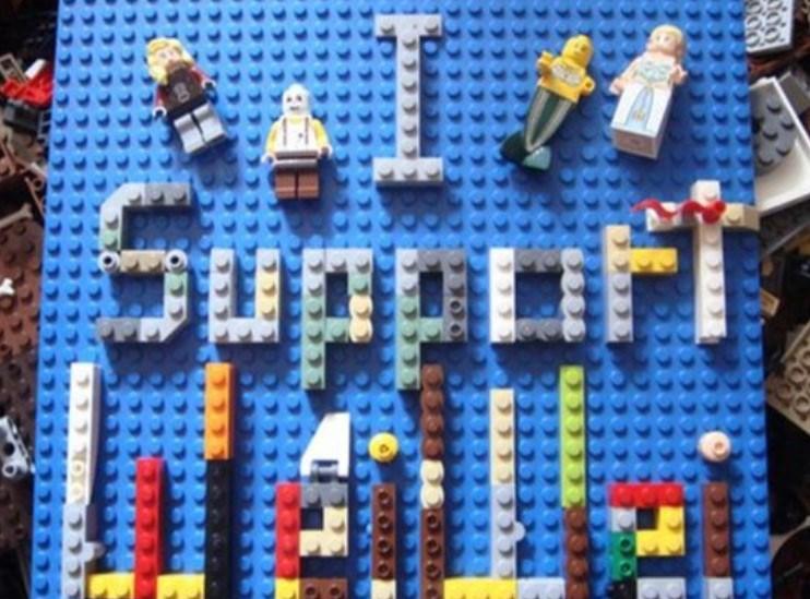 """Sanatçının takipçilerinden birisi desteğinisosyal medya üzerinden legolarla """"seni destekliyorum Weiwei"""" yazarak dile getirdi."""