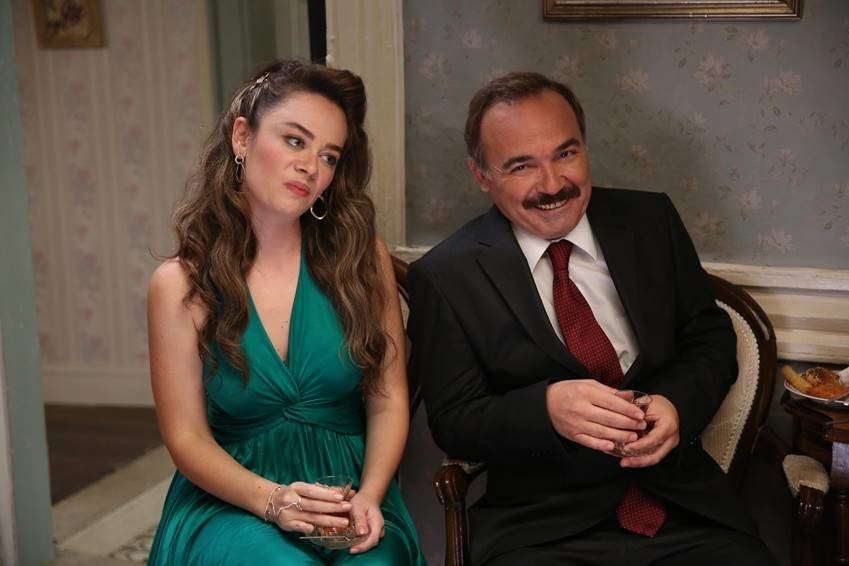 """Gülse Birsel'in ilk sinema filmi projesi """"Aile Arasında"""" ilk hafta sonunda 504 bin 24 bilet sattı."""
