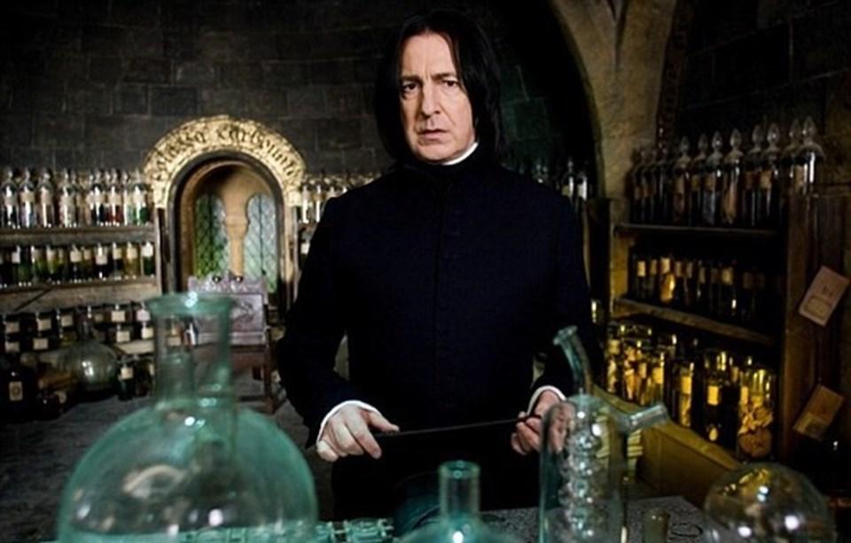 """Rickman, Harry Potter serisinde """"Profesör Snape"""" rolüyle karşımıza çıkmıştı."""