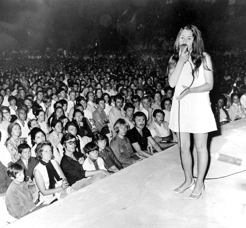 15 yaşında katıldığı Altın Ses yarışmasında sahnede şarkısını söylüyor...