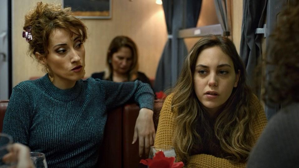 Filmde Ayşenil Şamlıoğlu, Berfu Öngören, Fatih Sevdi, İbrahim Selim gibi birçok oyuncu rol alıyor. O kalabalık kadronun yer aldığı, Leyla'nın lise arkadaşlarıyla buluşma yemeği de filmin en etkileyici sahnelerinden.