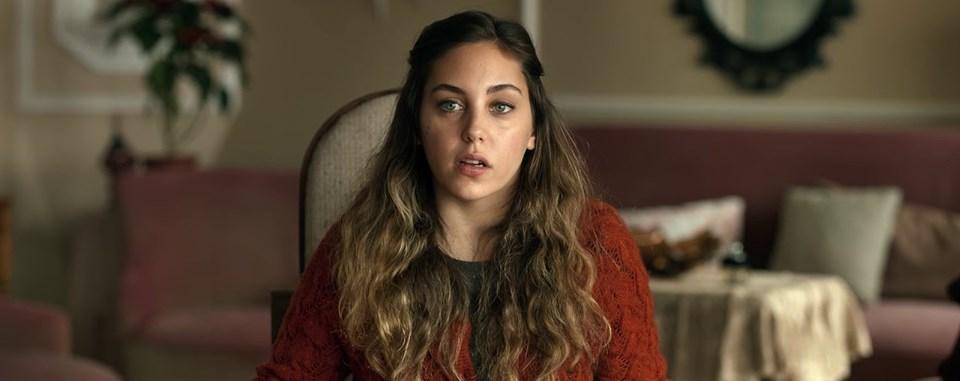 Öykü Karayel, hemşirelik yapan genç bir kadın rolünde. Orta halli bir aileden gelen, istemediği mesleği icra eden Canan'ın asıl hayali oyuncu olmak.