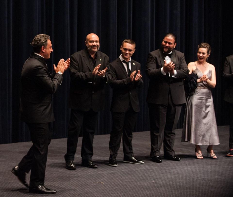 Filmin başrol oyuncularında Tuba Büyüküstün törene katılmadı. Büyüküstün'ün eşi Onur Saylak ileayrılık iddialarıyla gündeme gelmişti.