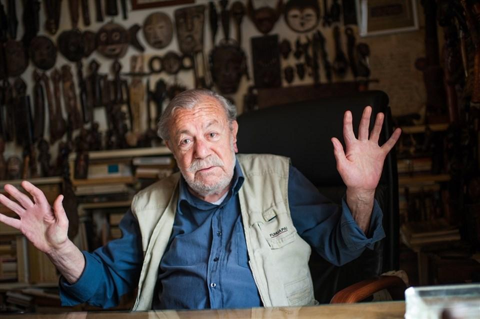 Ressam Yüksel Arslan, Paris'teki stüdyosunda.