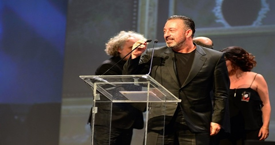 """Yüksel Aksu imzalı """"İftarlık Gazoz"""" Adana seyirci ödülünü kazandı. Cem Yılmaz yine konukları güldürmeyi başardı."""