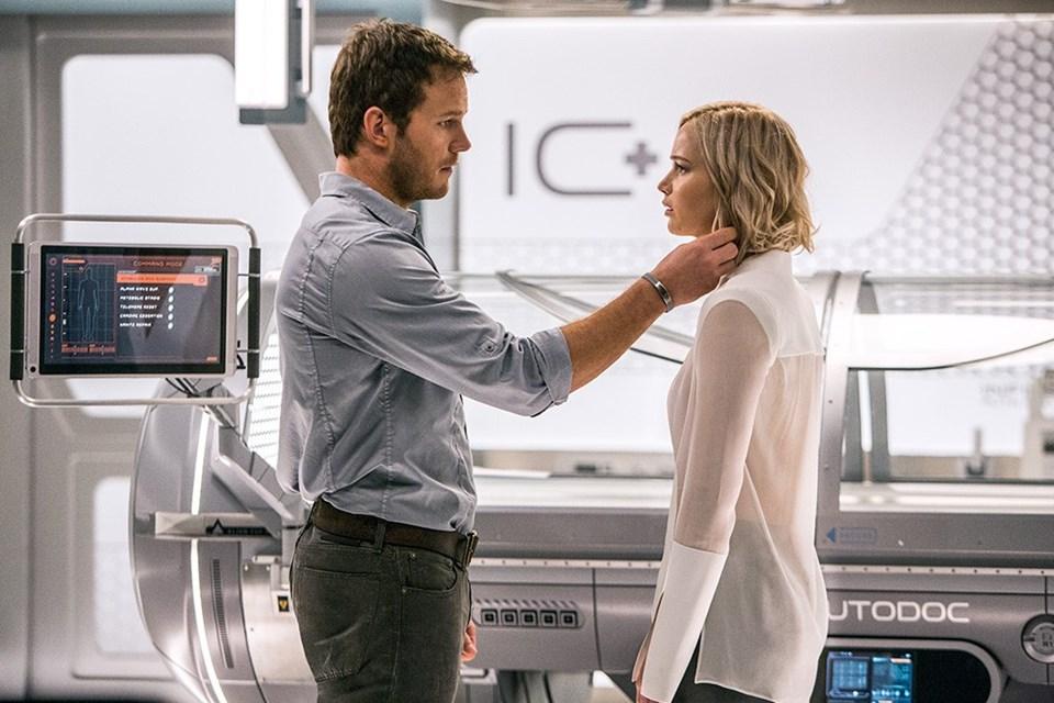 """Jennifer Lawrence ve Chris Pratt'in başrolünde yer aldığı Morten Tyldum imzalı """"Passengers"""" bir baş yapıt olmasa da aşka, bir olmaya ve anda kalmaya dair umut vadediyor."""