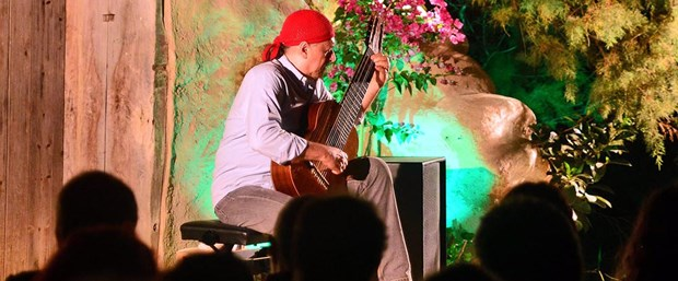 brezilyali-efsane-gitarist-bodrumda_1518_dhaphoto5.jpg