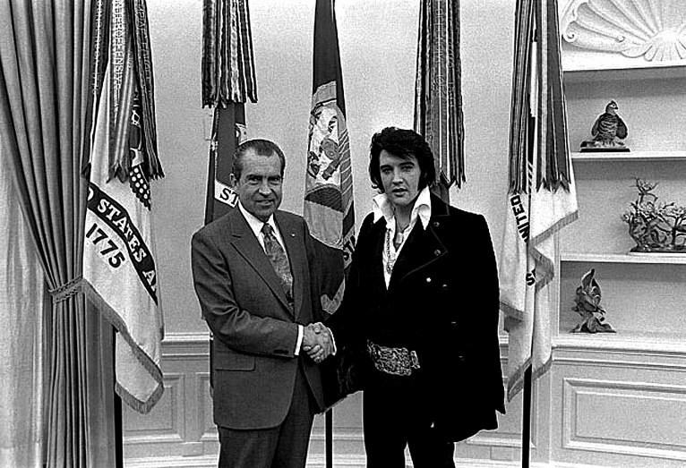 ABD Eski Başkanı Richard Nixon (solda) ve rock'n'roll'un kralı Elvis Presley (sağda).
