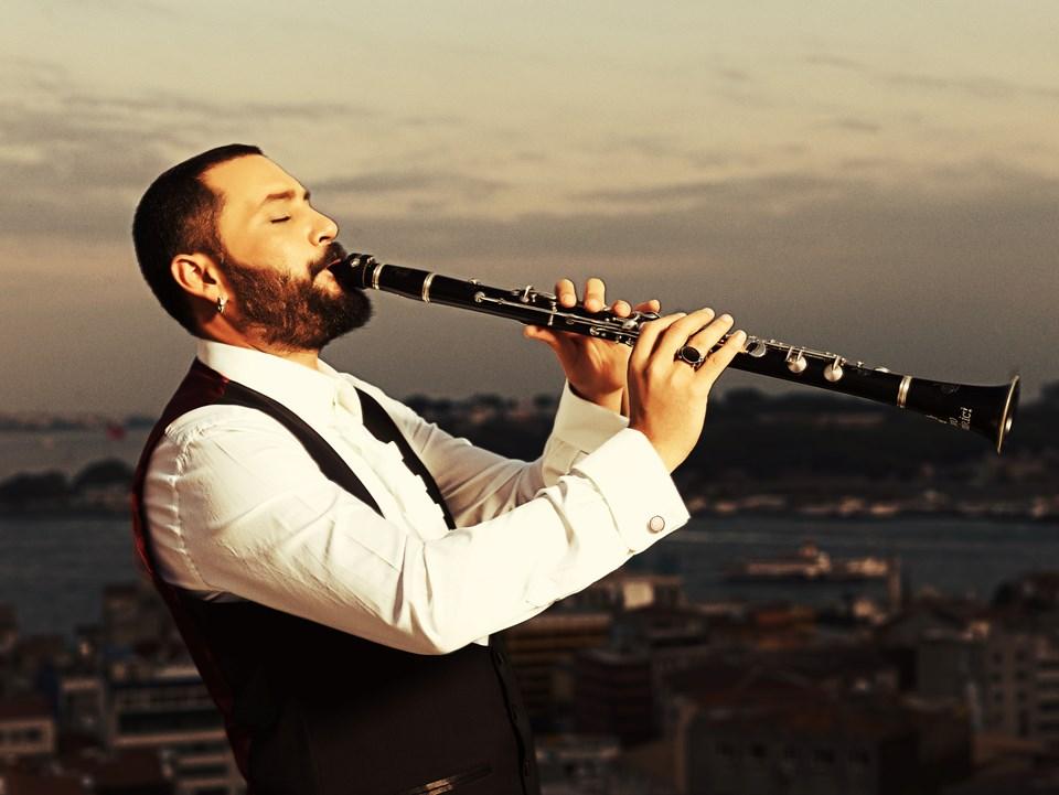 Şenlendirici, müzisyen bir ailede doğdu. 5 yaşındayken klarnet çalmaya başlayan Şenlendirici, çocukluğu boyunca Ege ve Anadolu müziklerinden beslendi.