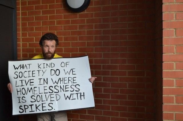 """""""Nasıl bir toplumda yaşıyoruz ki evsizlik metal dikenlerle çözülüyor"""" pankartıyla tepkisini dile getiren bir vatandaş."""