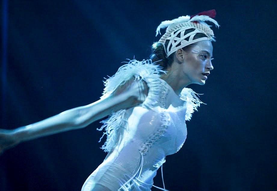 """İlk bölümde yer alan, koreografisini Zeynep Tanbay'ın üstlendiği ve müziklerini de Cem Öğet'in bestelediği """"Av ve Avcı"""" isimli dans sahnesi izlenmeye değer."""