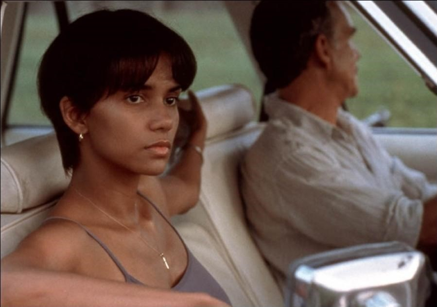 Halle Berry, Kesişen Yollar filmiyle 2002'de En İyi Kadın Oyuncu Oscar'ını kazandı.