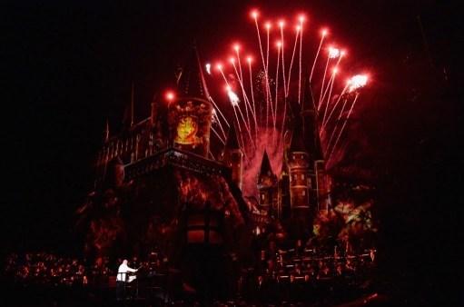 Fantastik kurgudaki cadı ve büyücülük okulu Hogwarts'ın önünde gerçekleşen görkemli kutlumalarda, 3 boyutlu ışık ve havai fişek gösterileri yapıldı.